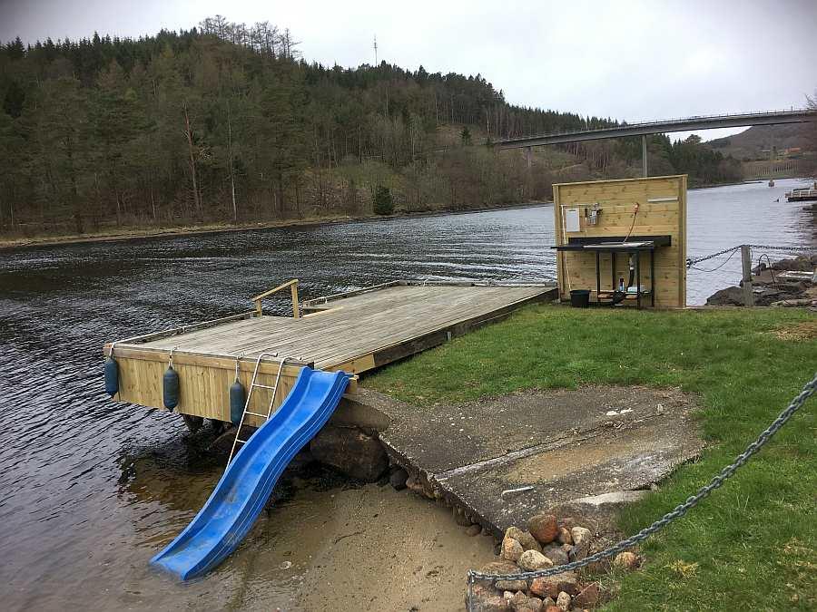 Der große, eigene Bootssteg direkt vor dem Haus. Kinder können hier perfekt im Wasser planschen!