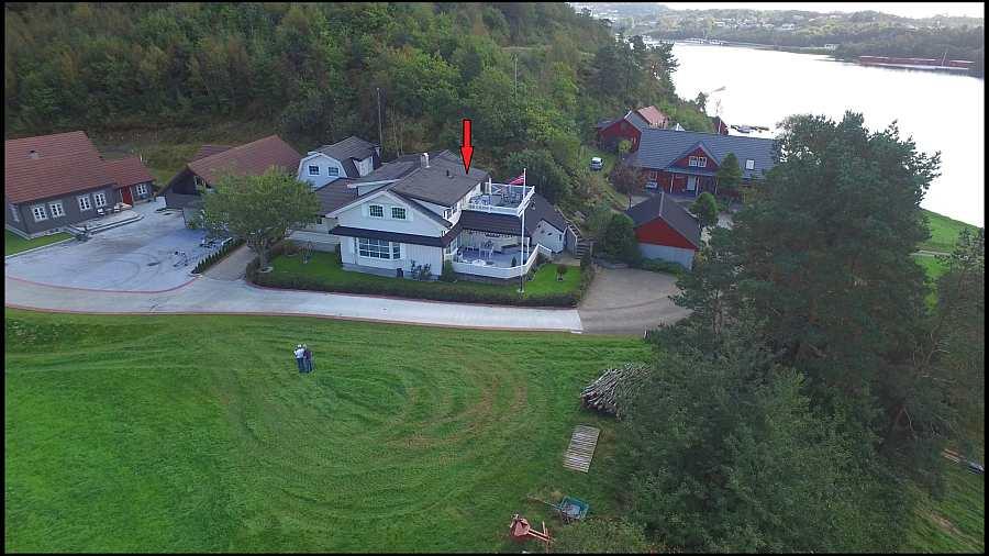Das Ferienhaus Øyvoll liegt auf einem gepflegten Grundstück mit eigenem Zugang zum Wasser