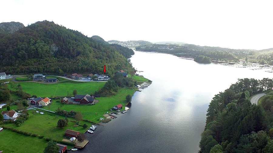 Die Lage des Ferienhauses direkt am Fjordufer