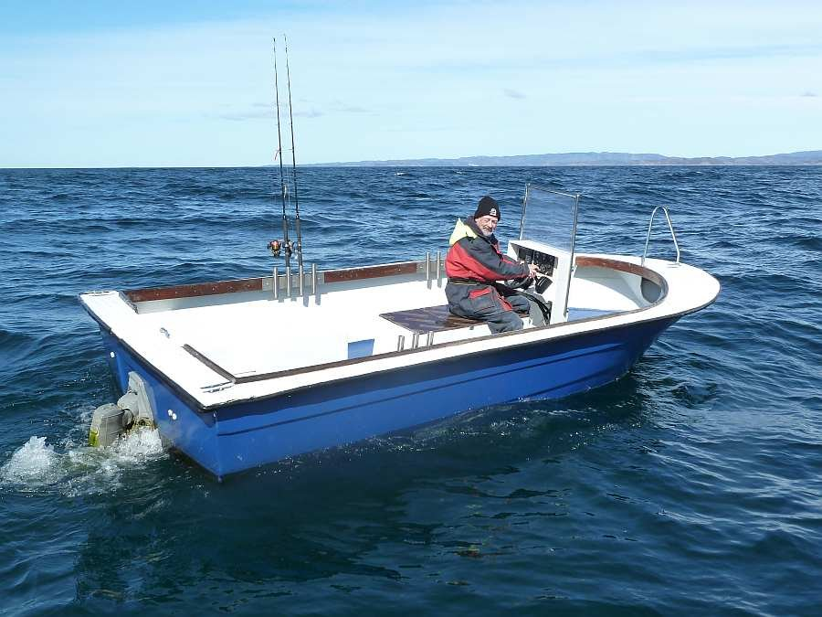 Bereits im Hauspreis enthalten: Dieselboot 21 Fuß/125 PS Innenbordmotor, E-Starter, Steuerstand, Farb-Echolot und GPS/ Kartenplotter, Rutenhalter