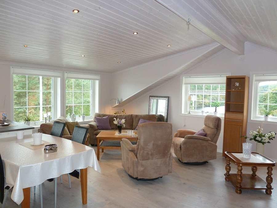 Der große, offene und helle Wohnbereich der Wohnung