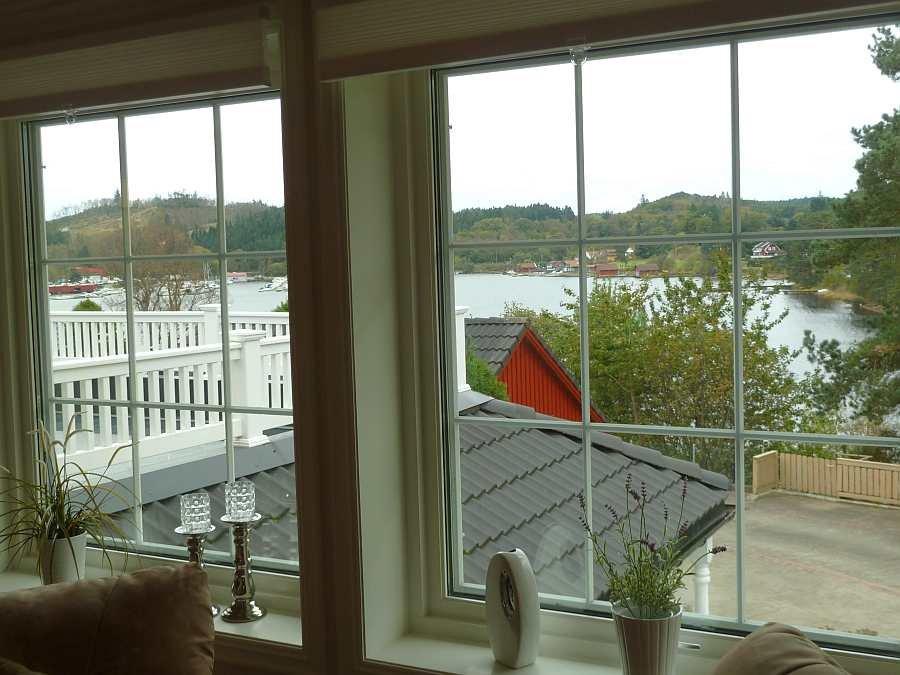 Blick nach Süden aus dem Wohnzimmer auf den Fjord