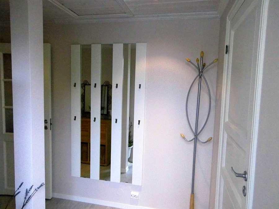Der Eingangsbereich der Wohnung mit großer Garderobe