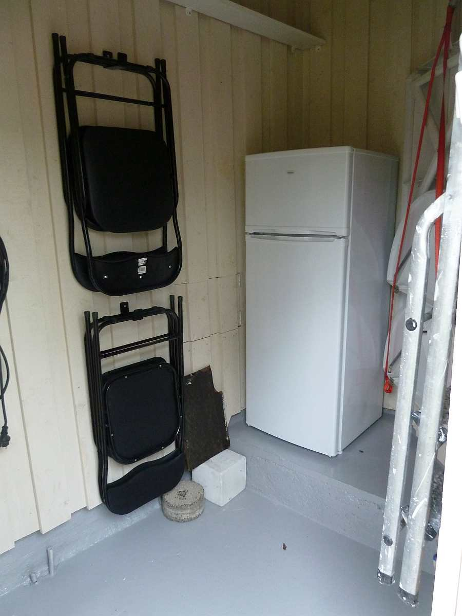 Im Schuppen befindet sich eine Gefriertruhe und ein zweiter Kühlschrank