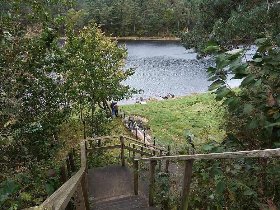 Die Treppe hinunter zum Wasser und Bootssteg