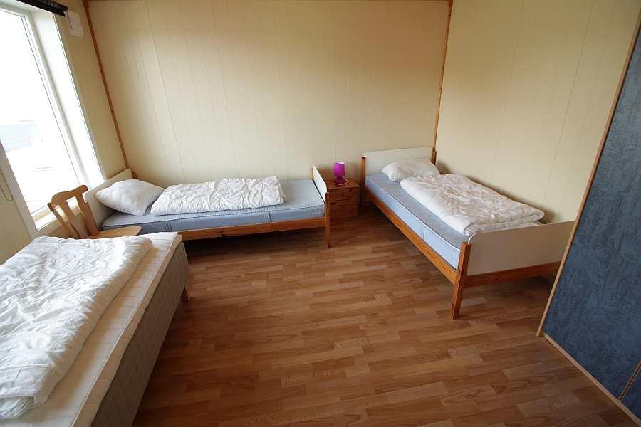Eines der zwei Schlafzimmer mit je 3 Einzelbetten je Wohnung (hier Wohnung im Erdgeschoß)