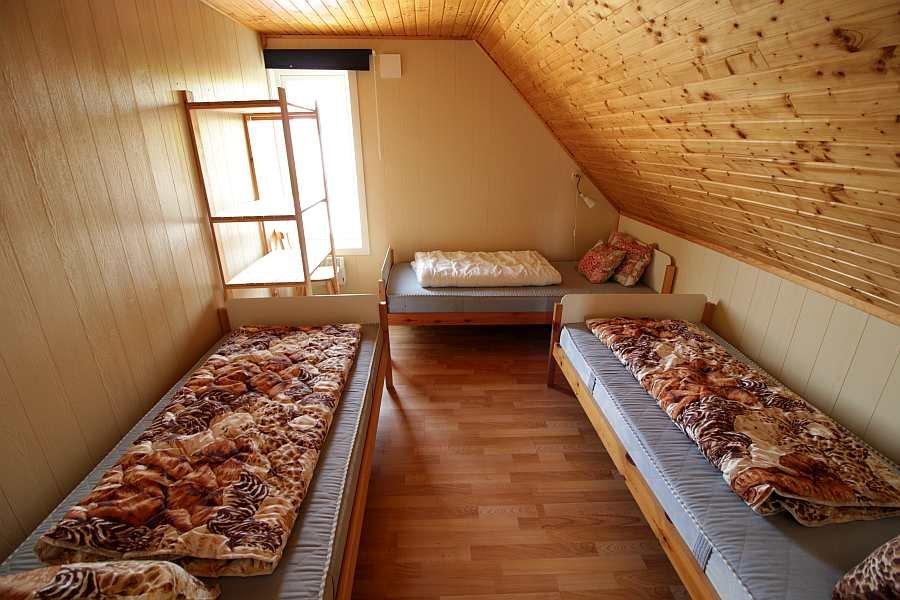 Eines der beiden fast identischen Schlafzimmer mit je drei Einzelbetten in der Wohnung im Obergeschoß