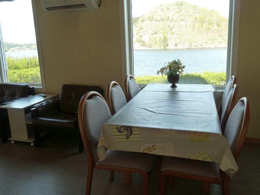 Bei beiden Wohnungen hat man vom Esstisch einen direkten Blick auf den Fjord (hier Wohnung im EG)