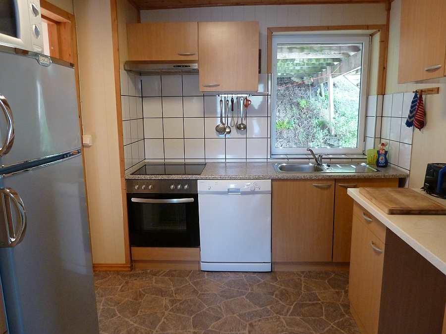 Die komplett eingerichtete Küche der Wohnung im Erdgeschoß