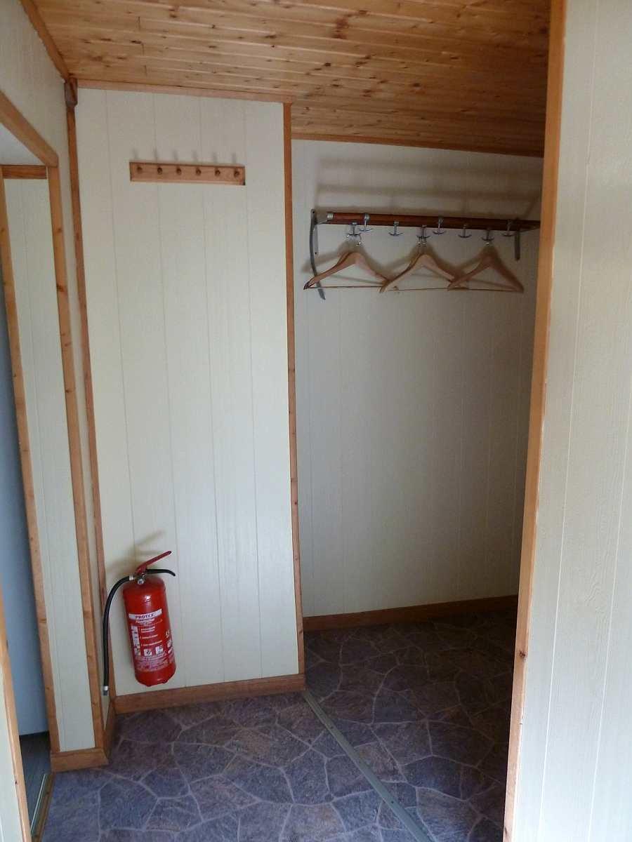 Im Flur  beider Wohnungen findet sich eine große Garderobe und Stauraum  (hier Wohnung im Obergeschoß