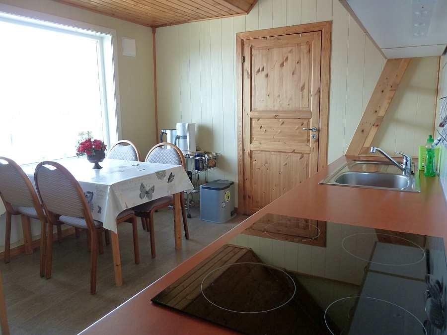 Blick von der offenen Küche zum  Essbereich in der Wohnung im Obergeschoß (Esstisch ausziehbar)
