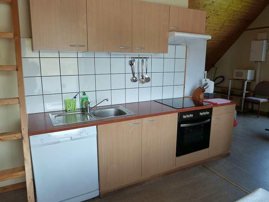 Die komplett eingerichtete Küche der Wohnung im Obergeschoß