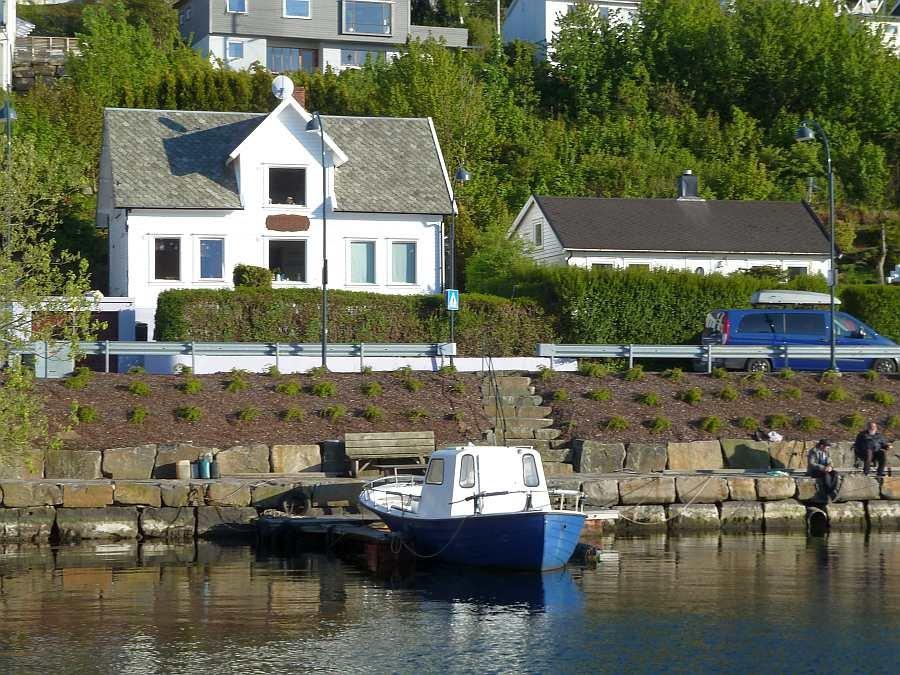 Ferienhaus  Rømy  liegt direkt am Wasser und bietet zwei separate Wohnungen für jeweils max. 6 Personen.  Wenn beide Wohnungen von einer Gruppe zusammen gebucht werden, haben bis zu 12 Personen Platz