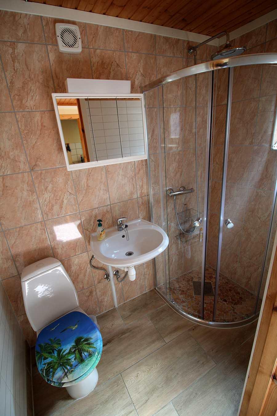 Das identisch ausgestattete Bad der Wohnung im Erdgeschoß