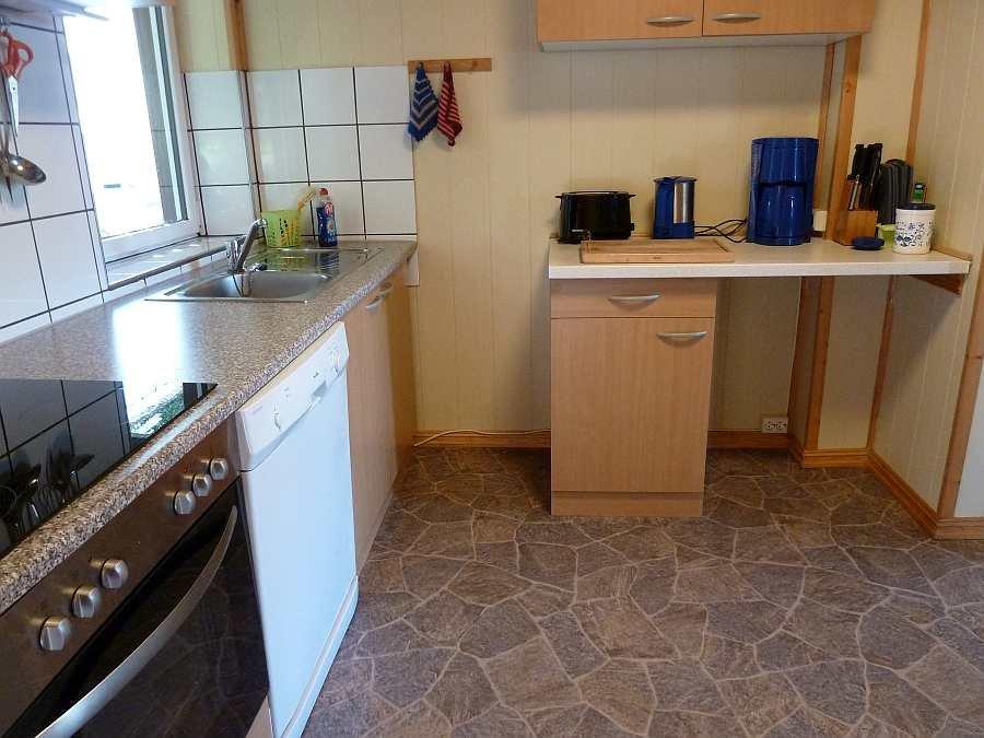In beiden Wohnungen fehlt es an nichts in den Küchen - von der Kaffeemaschine bis zum Geschirrspüler ist alles vorhanden  (hier Wohnung im EG)
