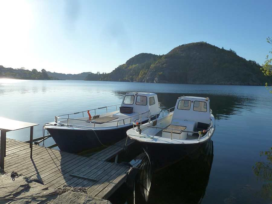 Der eigene Bootssteg direkt vor dem Ferienhaus - je Wohnung kann ein großes Dieselboot gebucht werden