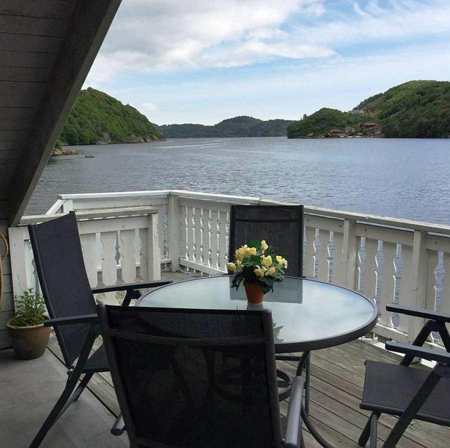 Einer der zwei Sitzbereiche auf dem Balkon des Ferienhauses mit Blick auf den Sellegrodfjord