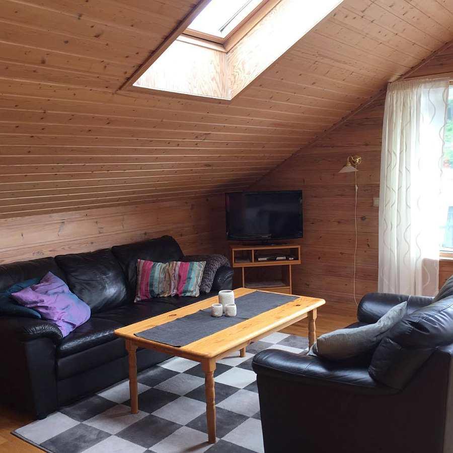 Die Sitzecke des Hauses mit Sat-TV