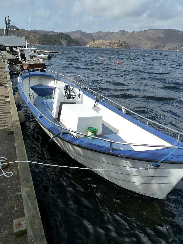 Viel Platz auf dem Dieselboot 27 Fuß mit 70 PS Innenbordmotor, E-Starter, Steuerstand, Farb-Echolot, GPS/Kartenplotter