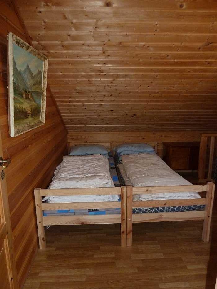 ...Schlafzimmer mit zwei Einzelbetten (zusammengestellt als Doppelbett nutzbar).