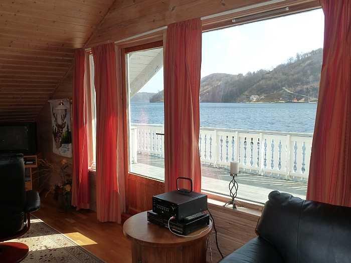 Blick vom Wohnbereich auf den Fjord