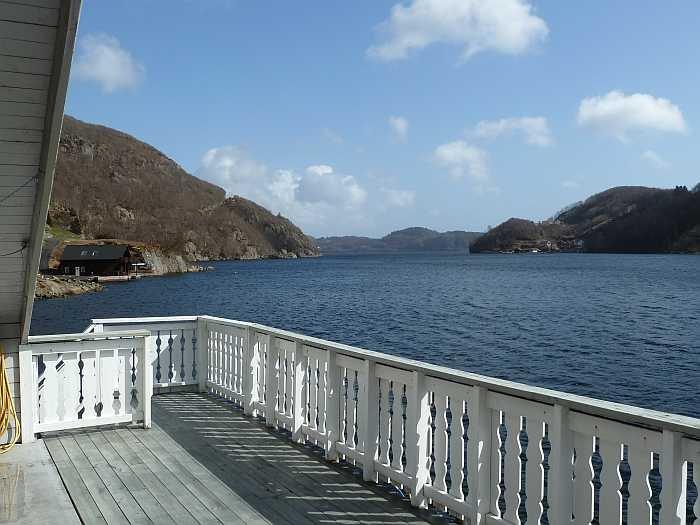 Der große Balkon des Ferienhauses mit Blick auf den Sellegrodfjord