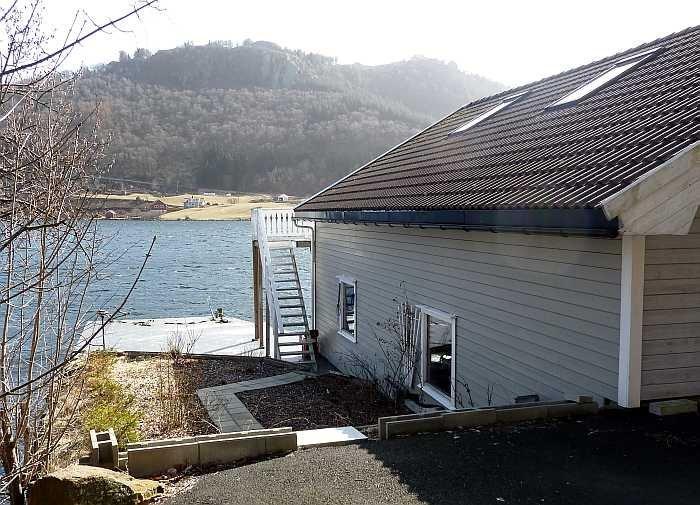 Das Ferienhaus mit der Terrasse direkt am Wasser