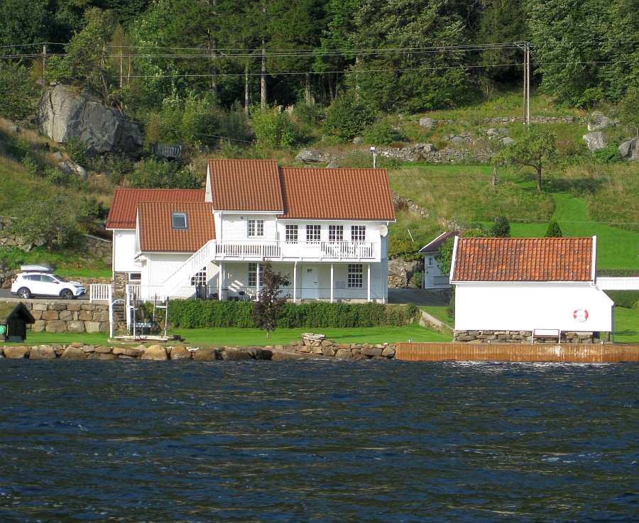 Die Lage des Hauses am Ufer des Fjordes - rechts steht das Bootshaus
