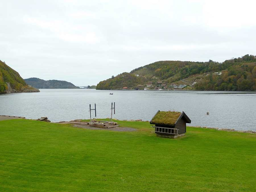 Blick von der Veranda auf den Fjord vor dem Haus