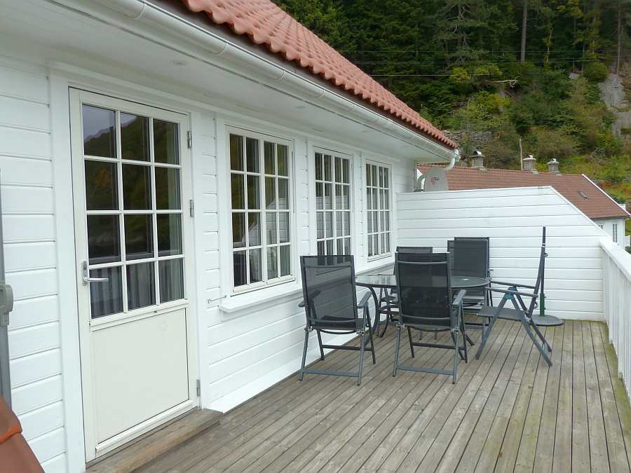 Die Veranda-Terrasse des Hauses mit Sitzbereich und Grill