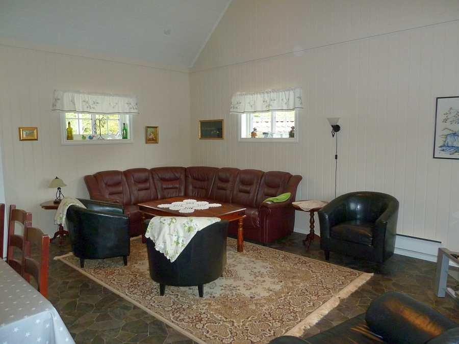 Der Wohnbereich ist hell und hat eine offene Deckenhöhe bis unter den Giebel