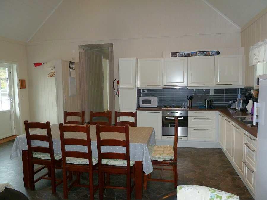 Blick vom Wohnbereich in die offene Studioküche
