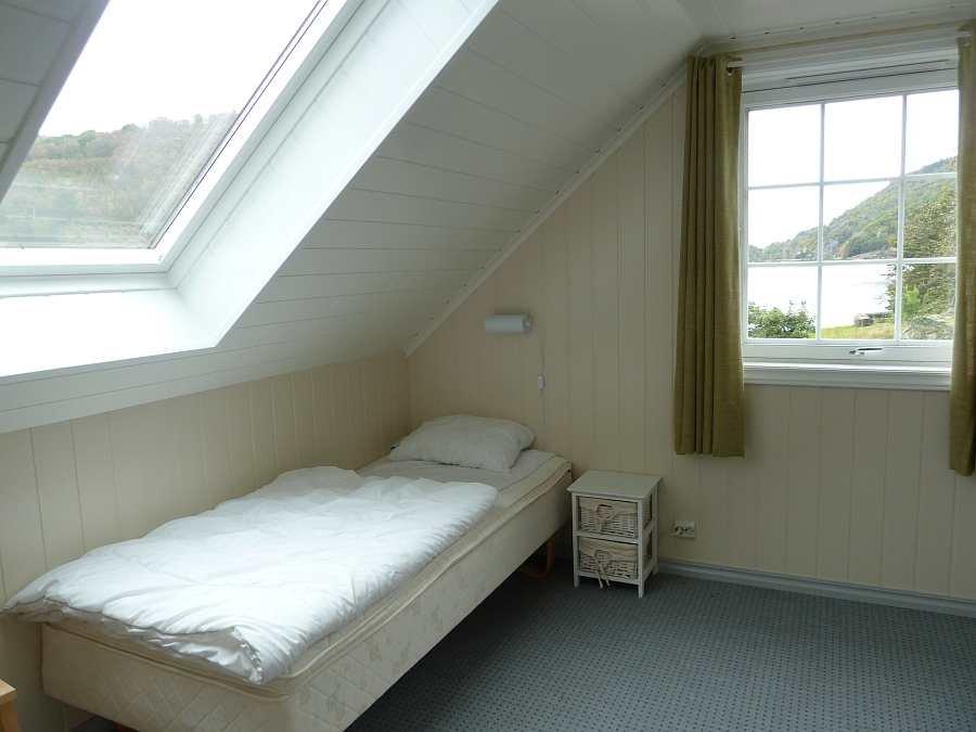 Das Schlafzimmer ist hell und hat gleich zwei Fenster zur Fjordseite