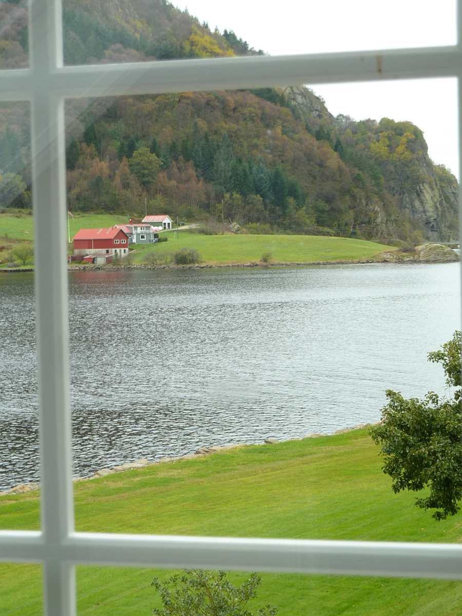 Blick aus dem Schlafzimmerfenster auf den Fjord