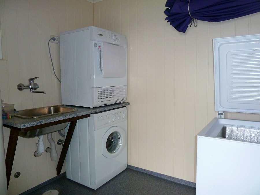 Die Waschküche: Waschmaschine, Trockner, Spüle. Hier können auch das Angelgerät und die Angelkleidung gelagert werden