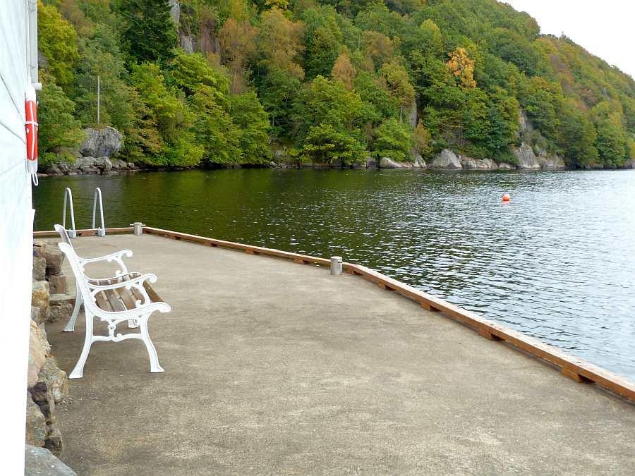 Hier am Steg lässt es sich mit Blick auf den Fjord aushalten... oder auch schon angeln?