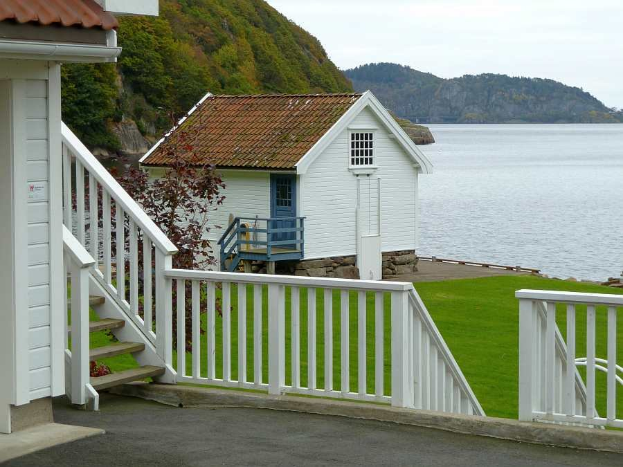 Blick vom Haus auf das Bootshaus des Grundstücks