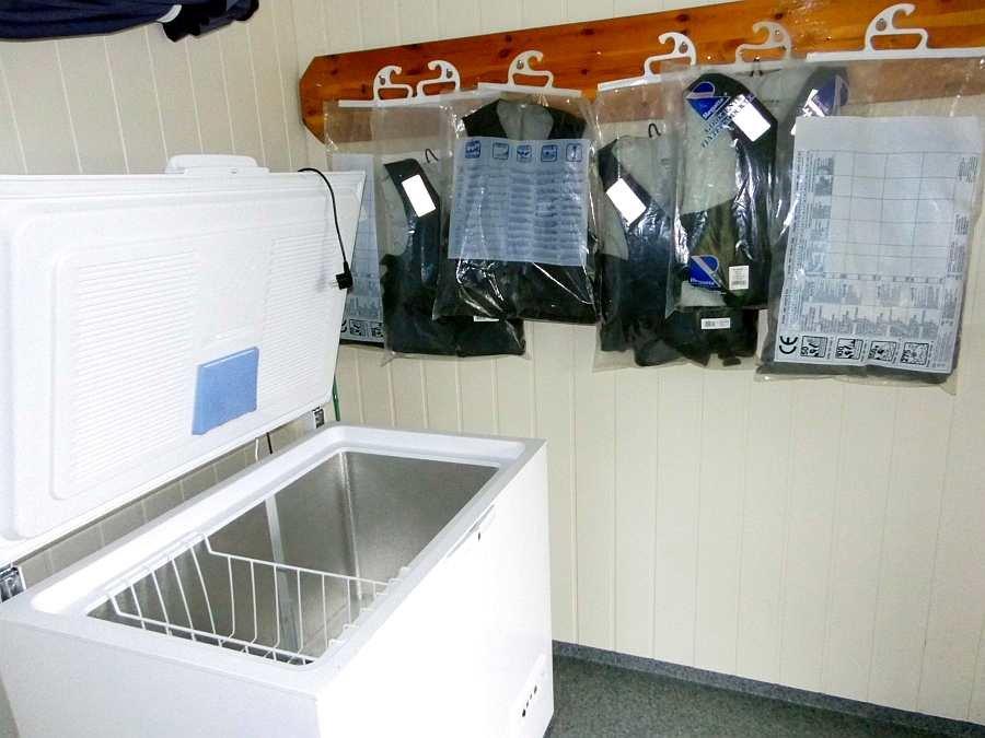Genug Platz zum Einfrieren von Fisch - Gefriertruhe 250 Liter. Schwimmwesten stehen zur Verfügung.