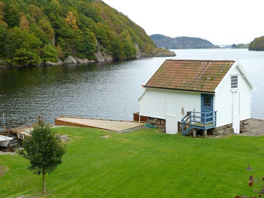 Blick vom Haus auf den Bootsanlegeplatz