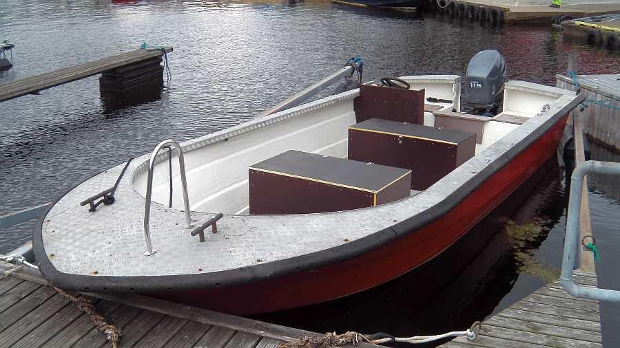 Das sehr schnelle >Tollare< Angelboot ist fast 2,60 Meter breit! Es liegt entsprechend hervorragend im Wasser und zeigt auch bei einseitiger Belastung kaum Schräglage!