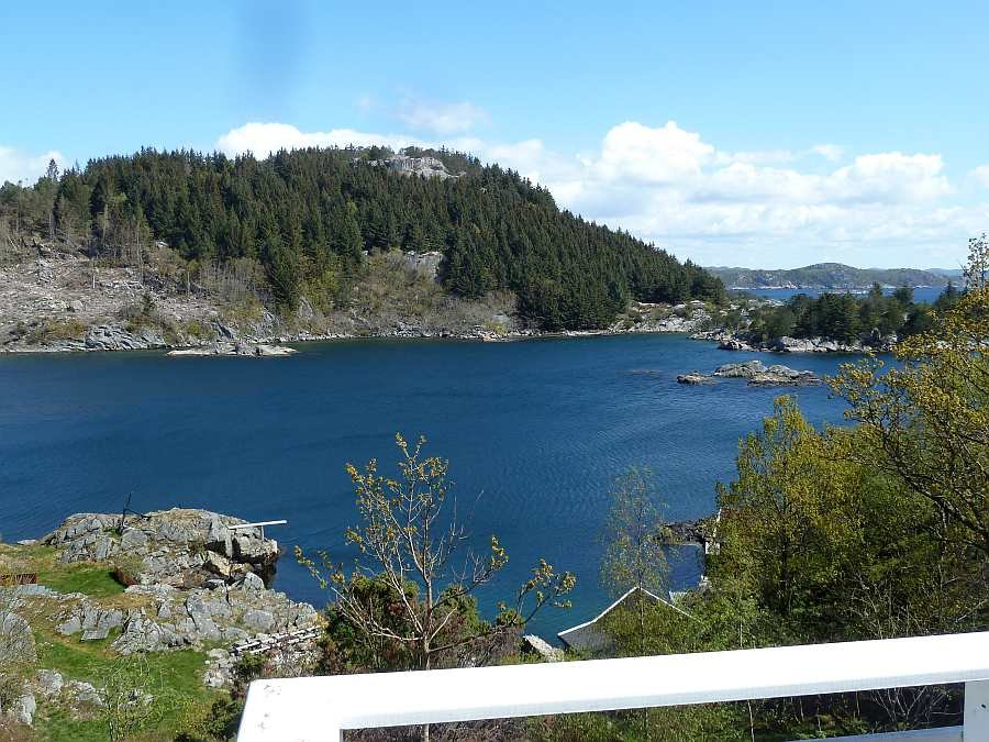 Blick von der Veranda auf den idyllischen Eikvåg-Fjord und den Schärengürtel