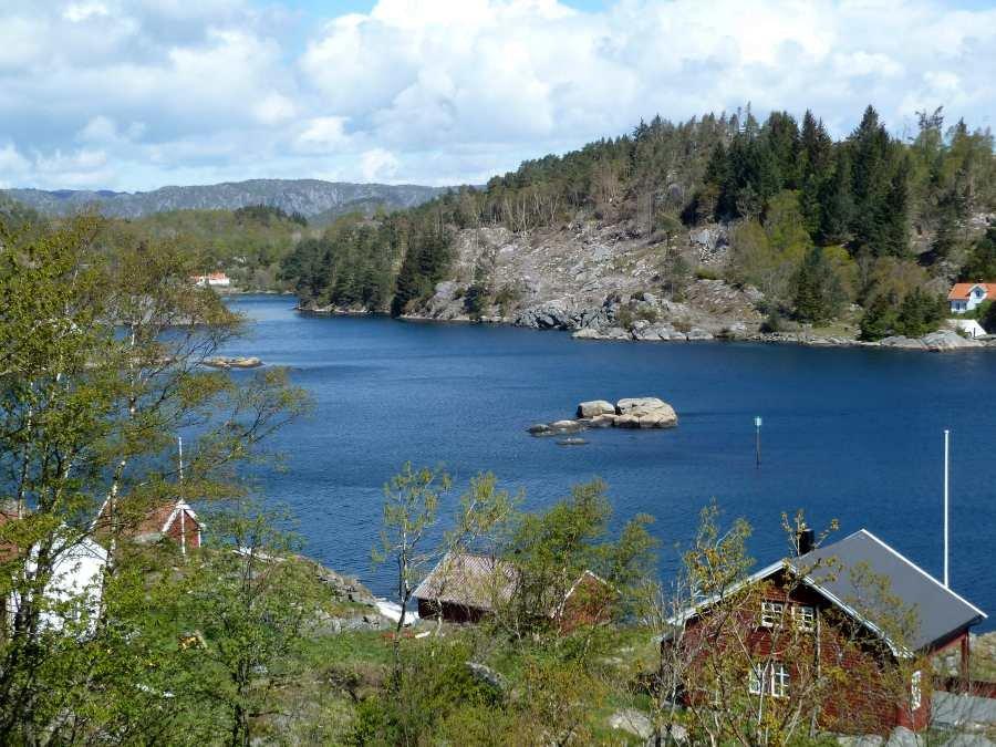 Blick auf das Innere des wunderschönen Eikvåg-Fjords