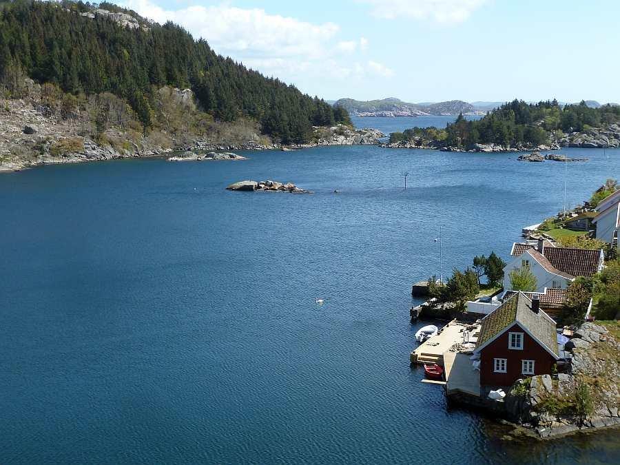 Blick auf den schönen Eikvåg-Fjord