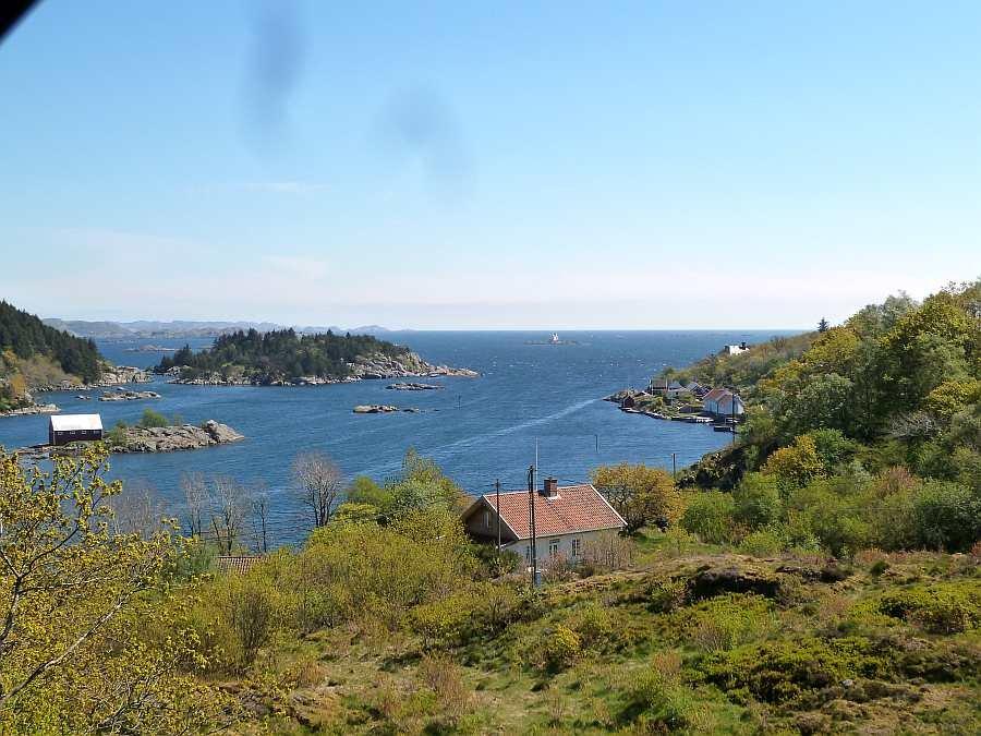 Blick auf den Ausgang vom Eikvåg-Fjord zum offenen Meer