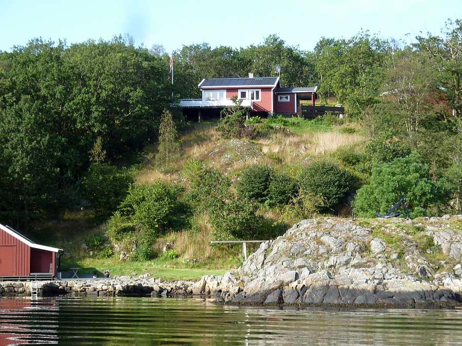 Von der leicht erhobenen Lage hat man einen fantastischen Blick auf den Fjord und das umgebende Schärengebiet