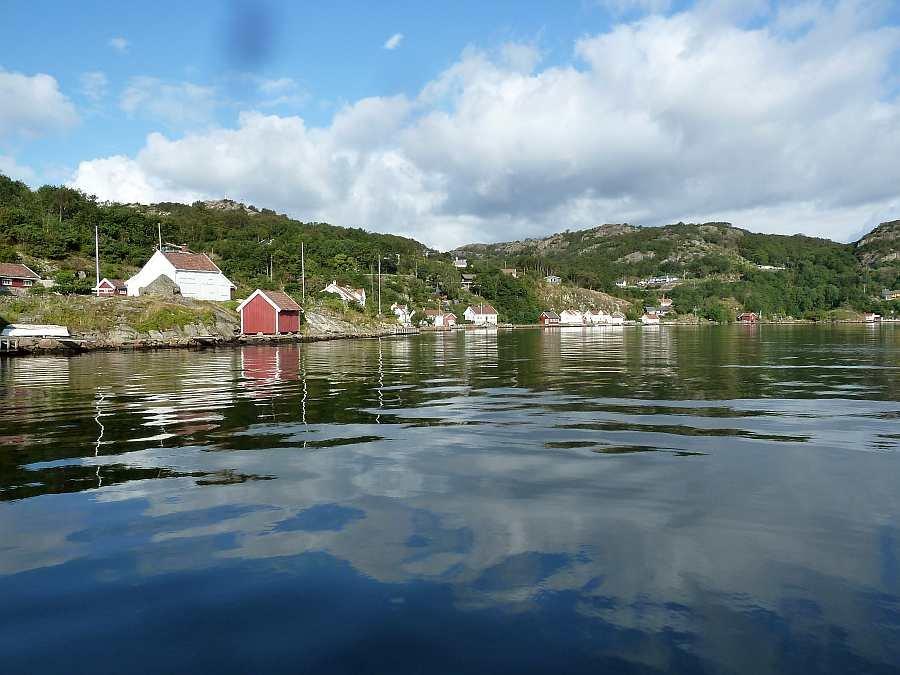 Bootsfahrt vom offen Meer in den Eikvåg-Fjord hinein