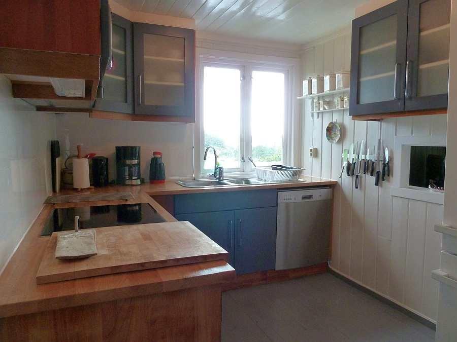 Die Küche ist umfassend ausgestattet - von der Kaffeemaschine bis zum Geschirrspüler ist alles vorhanden