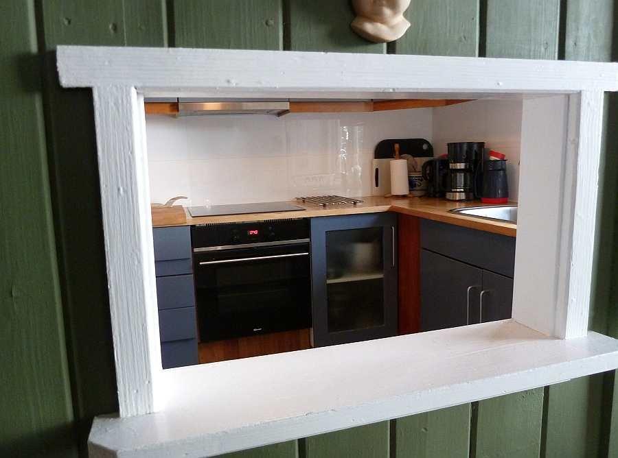 Blick durch die Durchreiche vom Wohnzimmer in die Küche