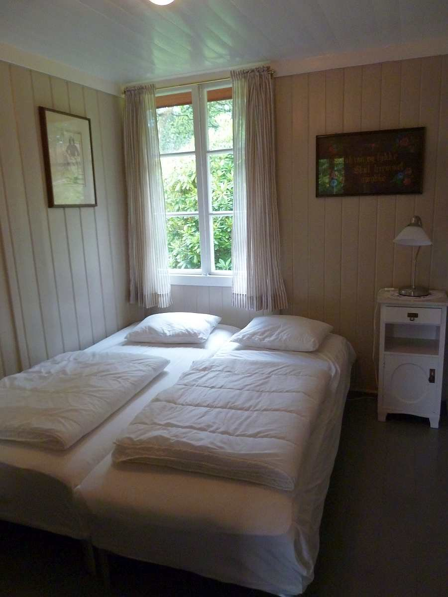 Eines der zwei Schlafzimmer mit jeweils zwei Einzelbetten - diese können wie hier gezeigt bei Bedarf zum Doppelbett zusammen gestellt werden