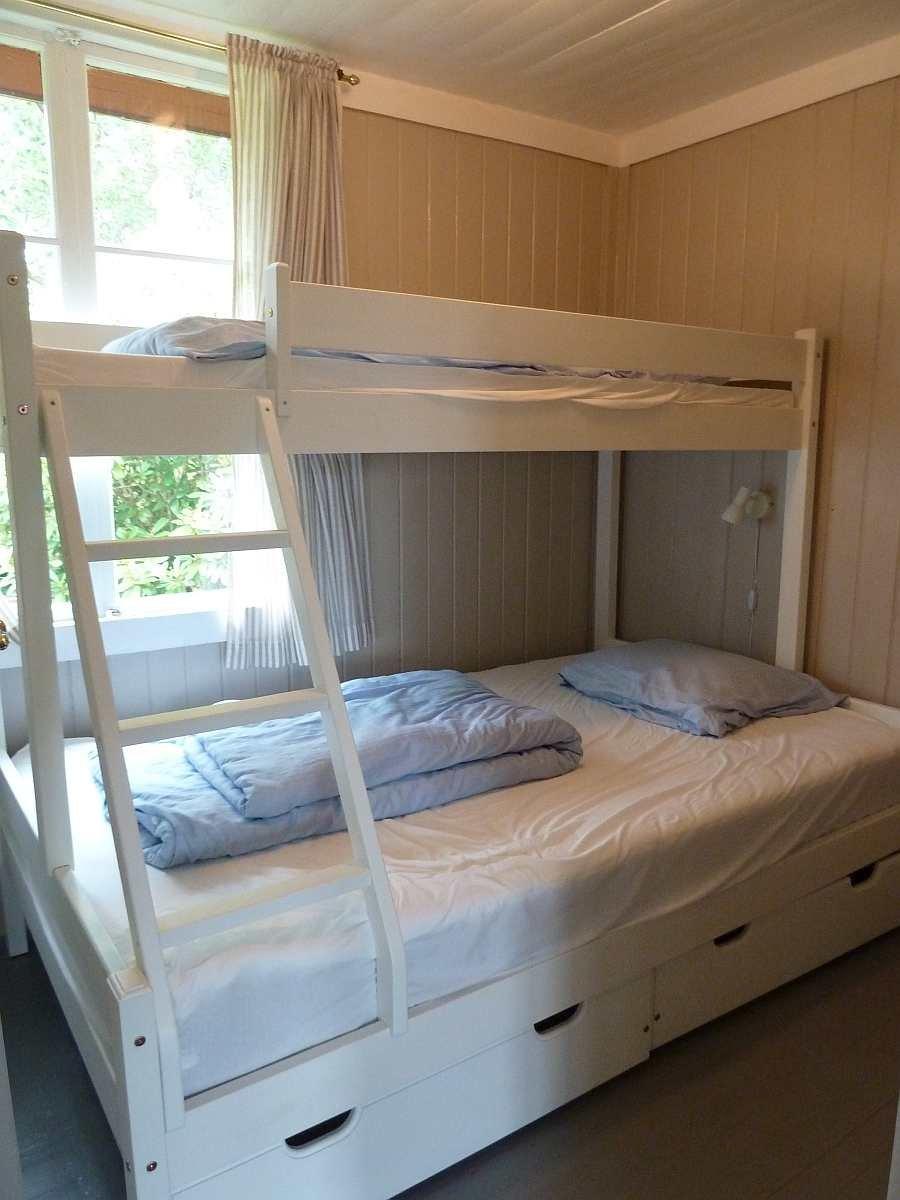 Das Schlafzimmer mit einem Norwegischen Familienbett - Etagenbett, das unten 120 cm breit ist